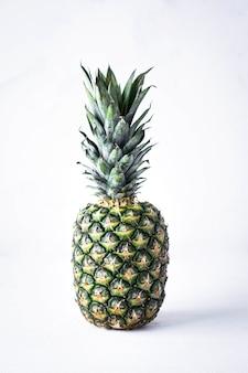 Pojedyncze, świeże, żółte owoce ananasa