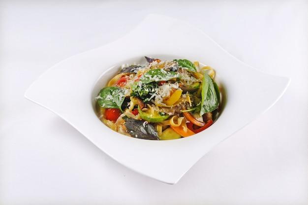 Pojedyncze ujęcie makaronu z warzywami - idealne na blog żywności lub menu