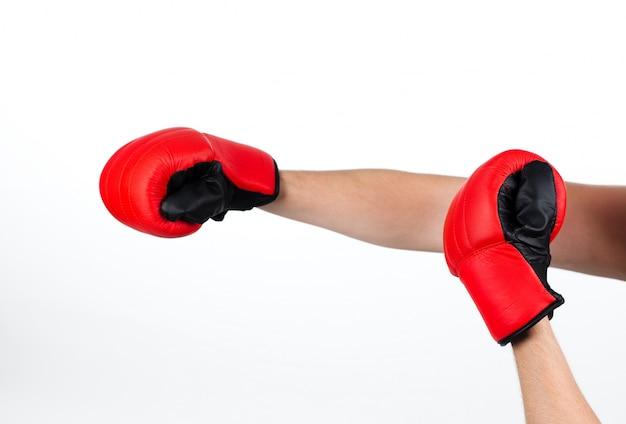 Pojedyncze ujęcie mężczyzny noszenia rękawic bokserskich
