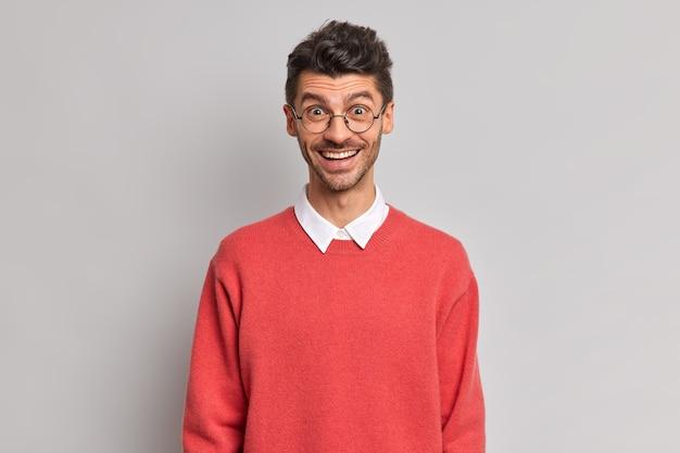 Pojedyncze ujęcie wesołego europejczyka z szczeciną uśmiecha się radośnie szczęśliwy