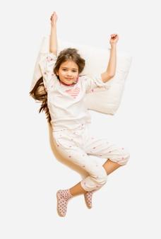 Pojedyncze zdjęcie z góry budzącej się uroczej dziewczyny w piżamie