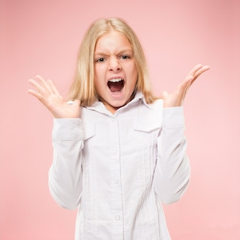 Pojedynczo na różowym młodych dorywczo teen girl krzycząc