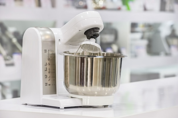 Pojedynczy elektryczny robot kuchenny w sklepie detalicznym