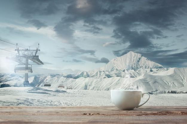 Pojedynczy kubek herbaty lub kawy i krajobraz gór na tle