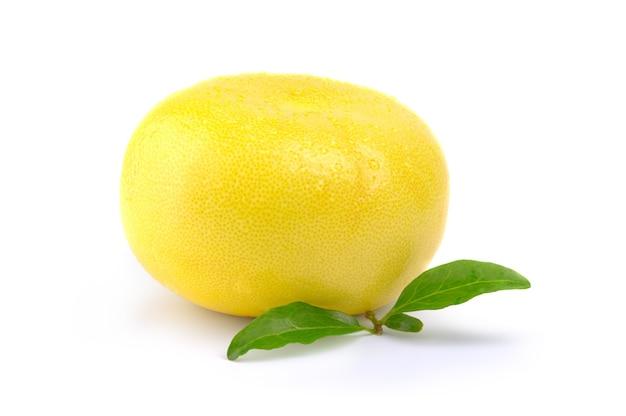 Pojedynczy owoc sweetie na białym tle na wyłącznik powierzchni białej