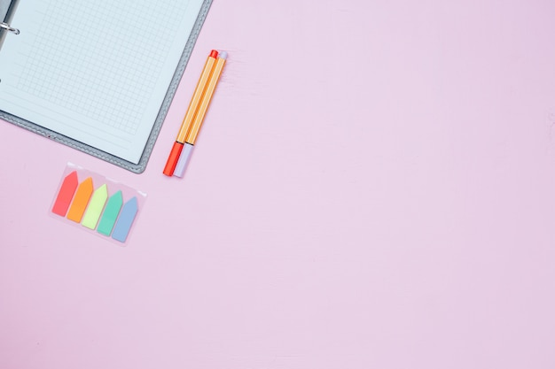 Pojedynczy, prosty, pusty biały notatnik z pustym miejscem do rysowania lub pisania