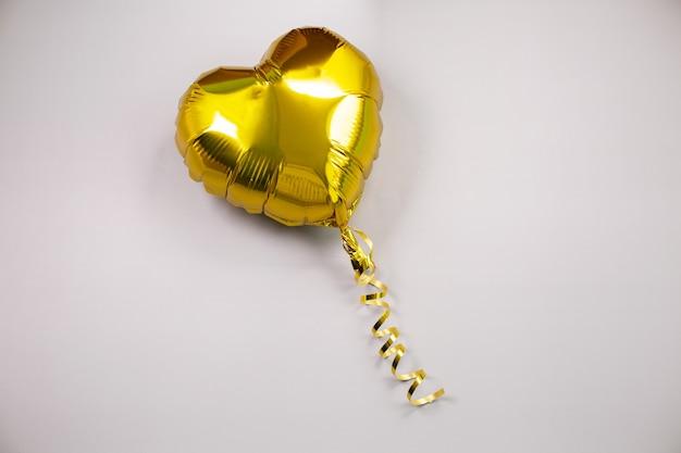 Pojedynczy złoty balon foliowy w kształcie serca