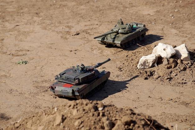 Pojedynek czołgów na wielkiej zabawkowej ziemi