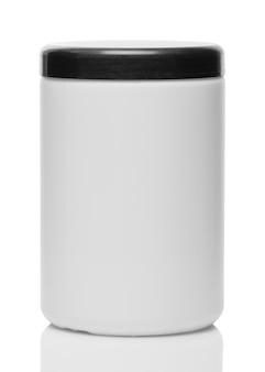 Pojemnik na płyn do żelu z czarną nakrętką na białym tle z bliska