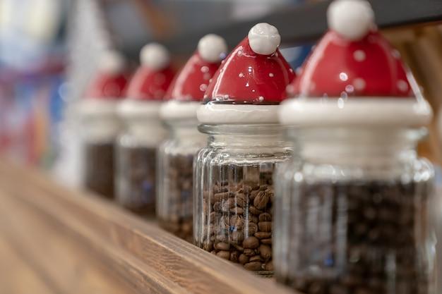 Pojemnik w kształcie świętego mikołaja i kawa.