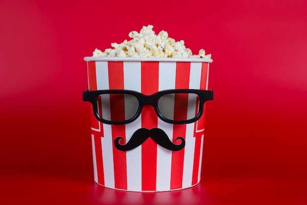 Pojemnik z popcornem czarne specyfikacje na białym tle na czerwonym tle