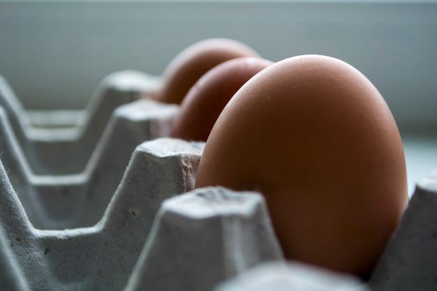 Pojemnik zawiera trzy jajka, jajka są świeże