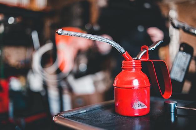 Pojemnik ze stali czerwonej i srebrnej na czarnym stole