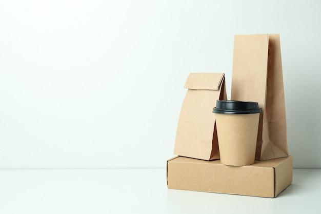 Pojemniki dostawcze na jedzenie na wynos na białej powierzchni