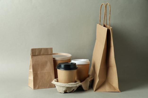 Pojemniki dostawcze na jedzenie na wynos na szarej powierzchni