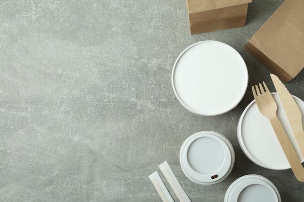 Pojemniki dostawcze na jedzenie na wynos na szarym stole teksturowanym