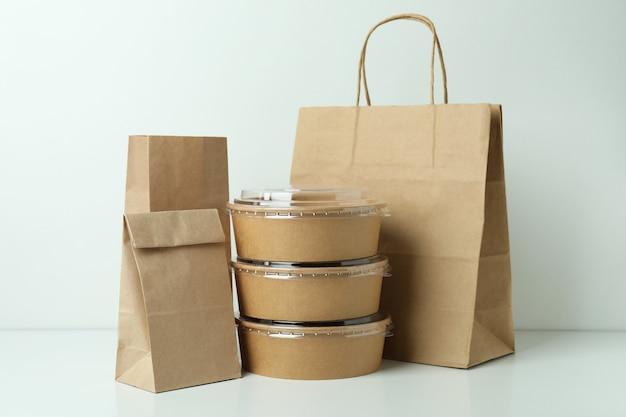 Pojemniki dostawy żywności na wynos na białym tle