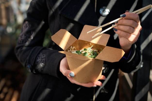 Pojemniki kartonowe na żywność, makaron ryżowy z kiełkami