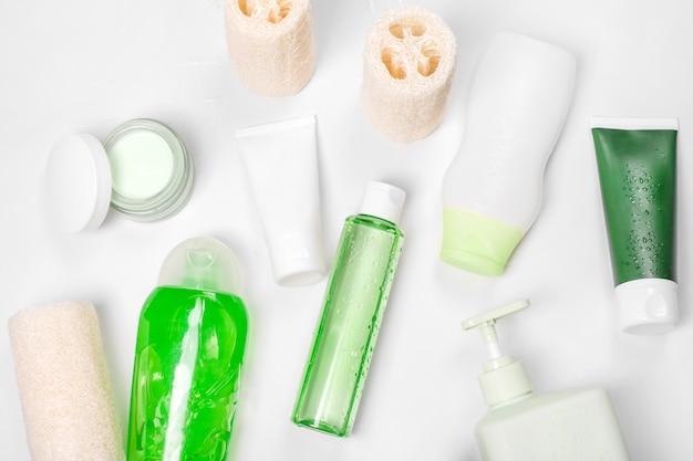 Pojemniki kosmetyczne, puste opakowanie na etykiety do makiety brandingu. krem nawilżający, mydło w płynie lub szampon, tonik, pielęgnacja skóry twarzy i ciała. naturalne zielone organiczne produkty kosmetyczne.