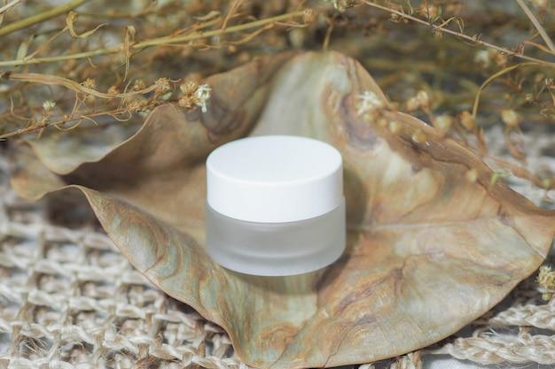 Pojemniki na butelki kosmetyczne biały produkt z plecionymi torebkami.