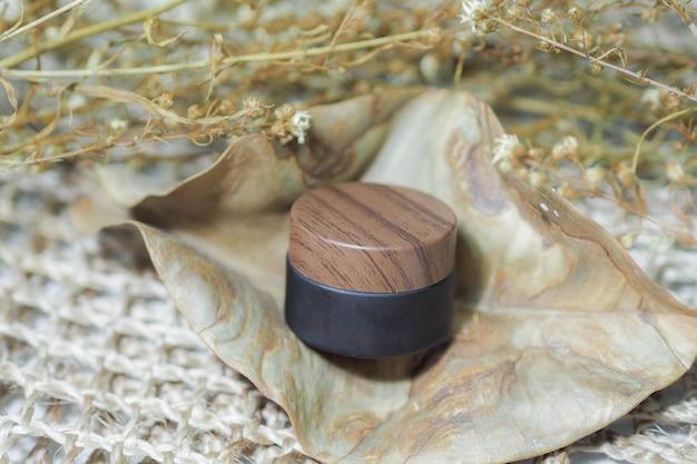 Pojemniki na butelki kosmetyczne, brązowy produkt z plecionymi torebkami.