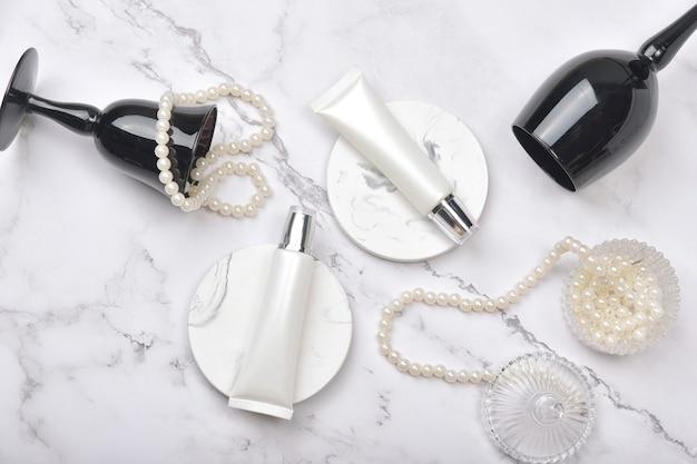 Pojemniki na butelki kosmetyczne na tle marmuru, naturalne produkty kosmetyczne do pielęgnacji skóry.