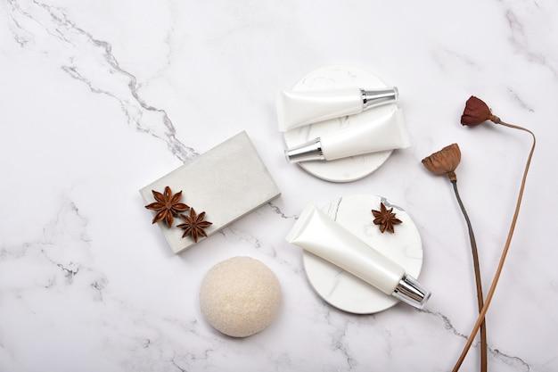Pojemniki na butelki kosmetyczne z ziołowym suchym lotosem, pusta etykieta, koncepcja produktu naturalnego piękna.