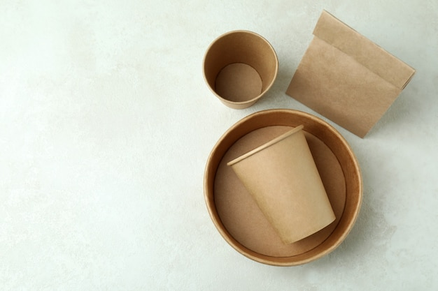 Pojemniki na jedzenie na wynos na białym stole z teksturą