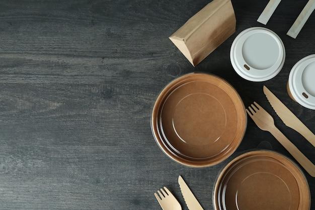 Pojemniki na jedzenie na wynos na ciemnym drewnianym stole