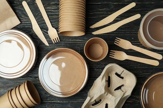 Pojemniki na jedzenie na wynos na drewnianym stole