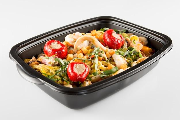 Pojemniki na lunch z sałatką warzywną i świeżą żywnością