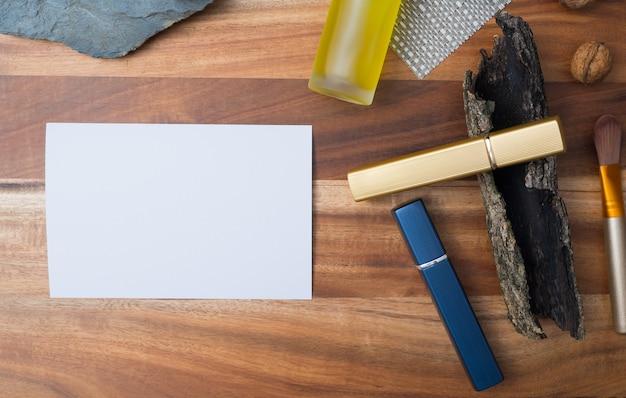 Pojemniki na naturalne kosmetyki na tle drewna, pusta butelka, naturalny produkt do pielęgnacji skóry,