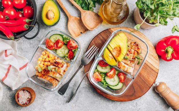 Pojemniki na zdrowe posiłki z ciecierzycy i kurczaka. zdrowy obiad w szklanych pojemnikach.