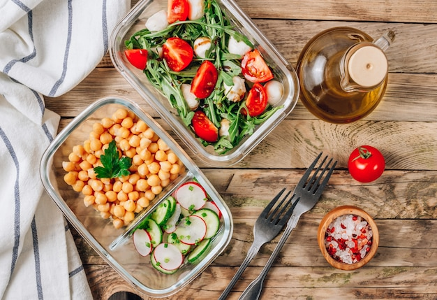 Pojemniki na zdrowe posiłki z ciecierzycy i sałatki