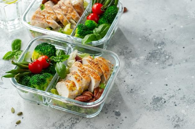 Pojemniki na zdrowe posiłki z piersią kurczaka.