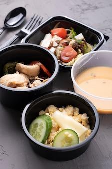 Pojemniki na żywność z duszonymi warzywami