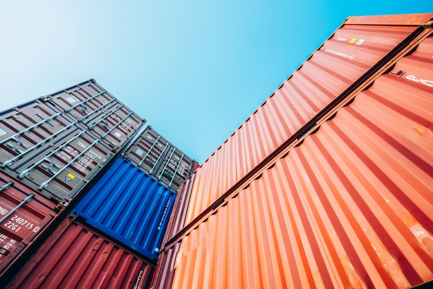 Pojemniki ze statku towarowego cargo do importu i eksportu
