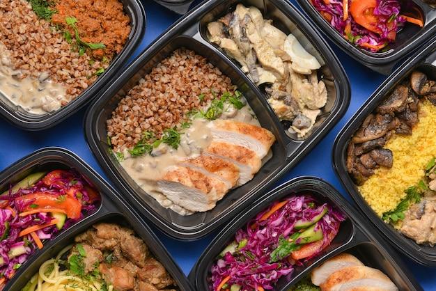 Pojemniki ze zdrową żywnością na kolor