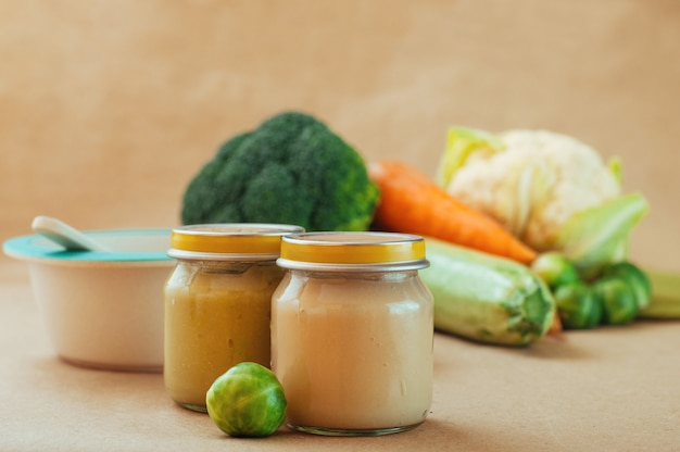 Pokarm dla dzieci z puree z warzyw na stole