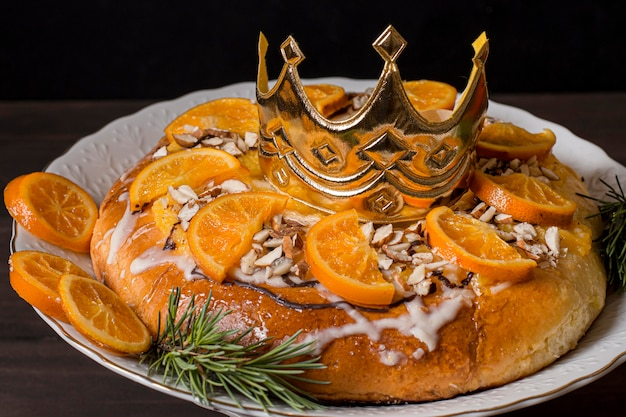Pokarm na dzień trzech króli z plastrami pomarańczy i koroną z bliska