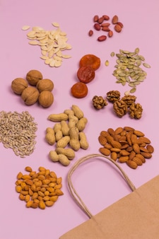 Pokarmy bogate w kwasy tłuszczowe, w tym migdały, nasiona słonecznika, orzechy włoskie, suszone morele, orzeszki ziemne