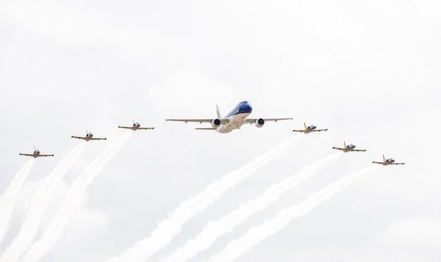 Pokaz avia z siedmioma samolotami na niebie