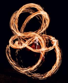 Pokaz ognia. wydajność ognia w nocy.