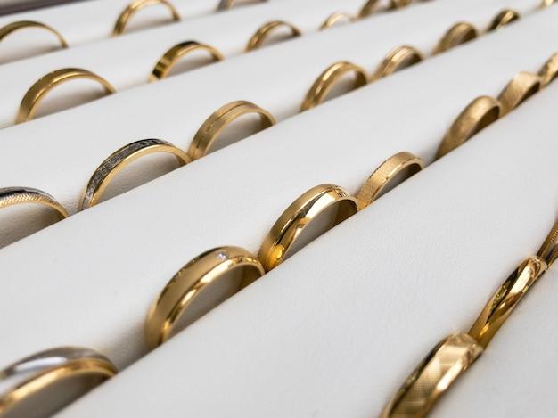 Pokaz pokazowy złote obrączki ślubne