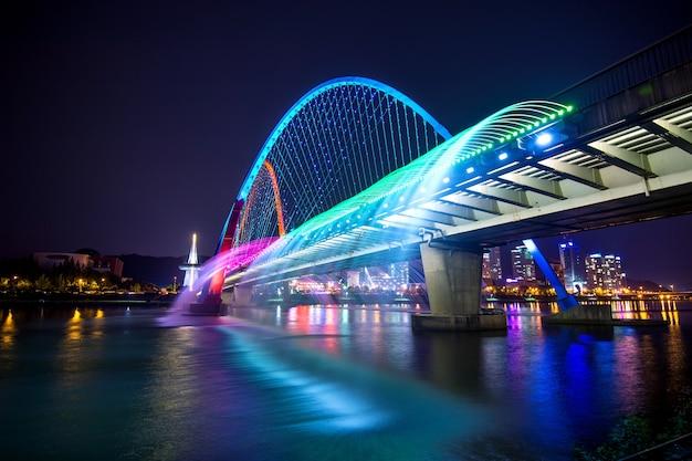 Pokaz Tęczowej Fontanny Na Expo Bridge W Korei Południowej Darmowe Zdjęcia