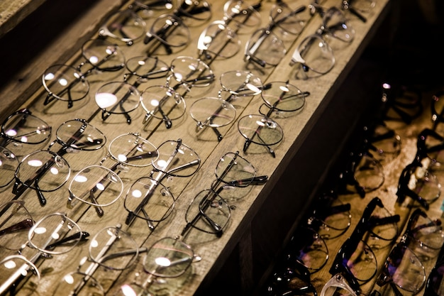 Pokaz zużycia okularów na drewnianym wyświetlaczu