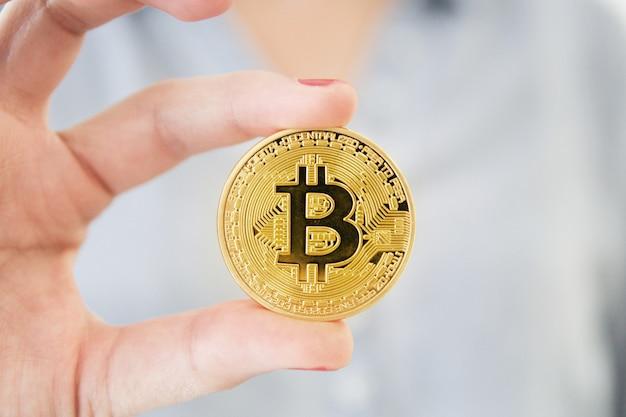 Pokazywać bizneswomanu bitcoin