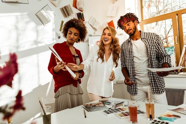 Pokazywanie prac. młodzi, obiecujący twórcy spotykają się, pokazując sobie nawzajem swoje prace
