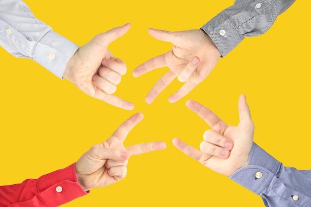 Pokazywanie znaków palców w celu wyrażenia emocji. ręce języka migowego