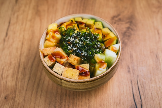 Poke bowl z tofu, ogórkiem, awokado, mango i sałatką chuka
